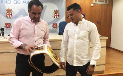 El concejal de deportes alaba el último triunfo de 'El Tigre' en kick boxing