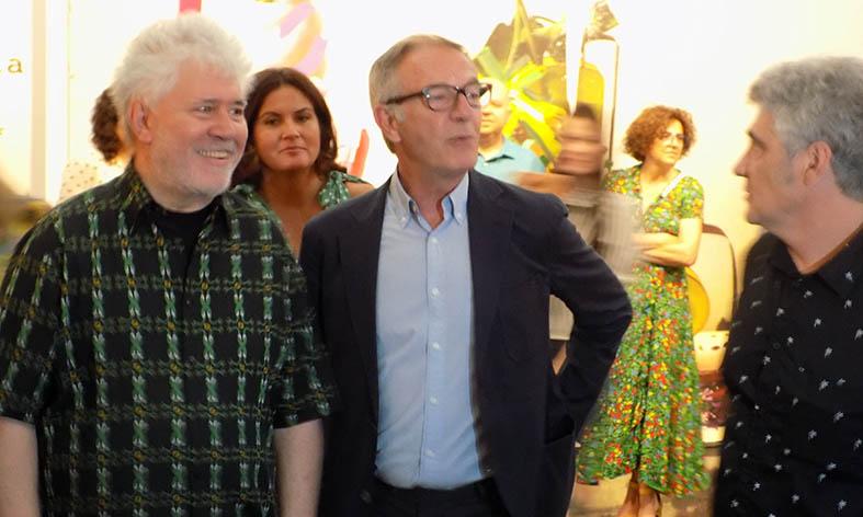 Almodóvar recorre sus 'Flores de periferia' con el ministro de Cultura y el pintor  Galindo